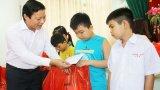 Phó Chủ tịch UBND tỉnh Long An - Phạm Tấn Hòa trao quà Trung thu cho trẻ em có hoàn cảnh đặc biệt khó khăn
