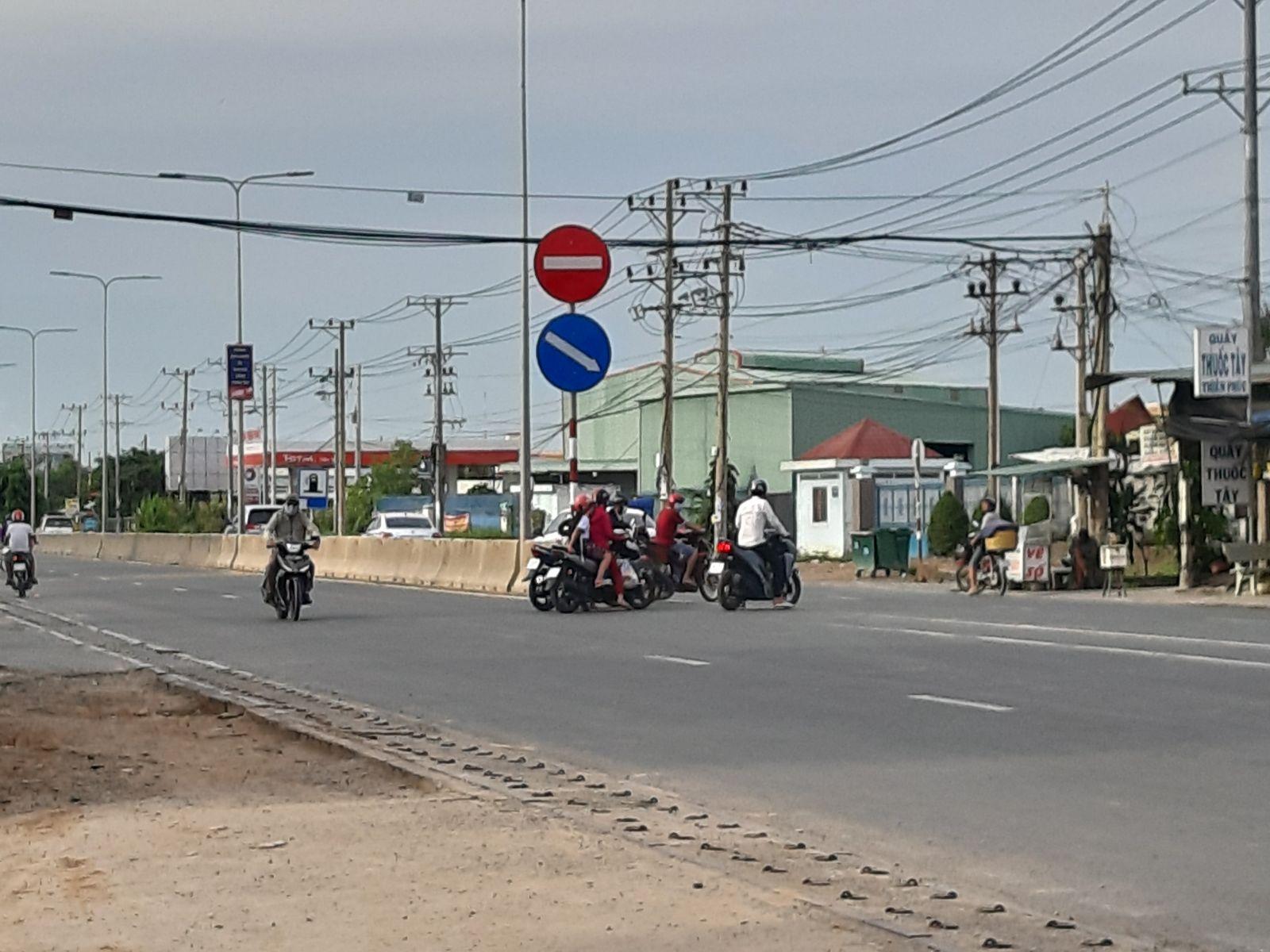 Người tham gia giao thông lo lắng khi băng qua quãng hở