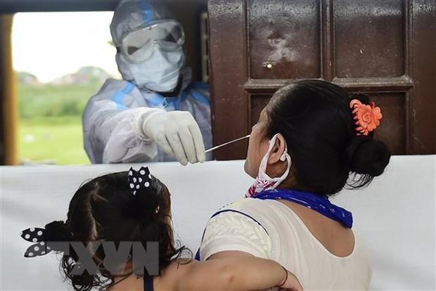 Nhân viên y tế lấy mẫu dịch xét nghiệm COVID-19 cho người dân tại Allahabad, Ấn Độ, ngày 21/9/2020. (Nguồn: AFP/TTXVN)
