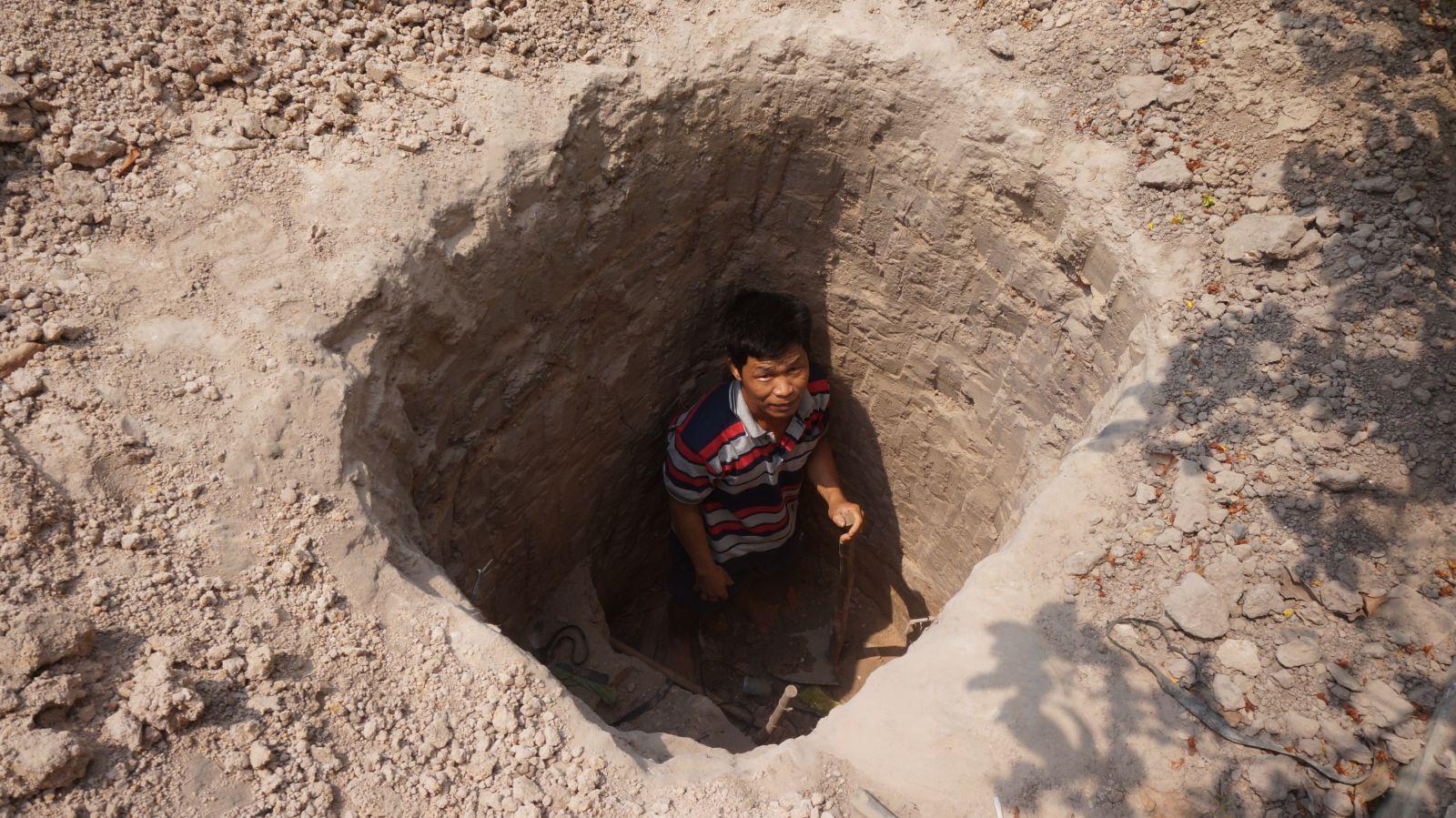 Thời điểm quí II-2019, nhiều giếng nước xung quanh khu vực hầm đất bị mất nước, tụt nước đột ngột. Người dân phải đào hố sâu để hạ đặt máy bơm xuống bơm nước