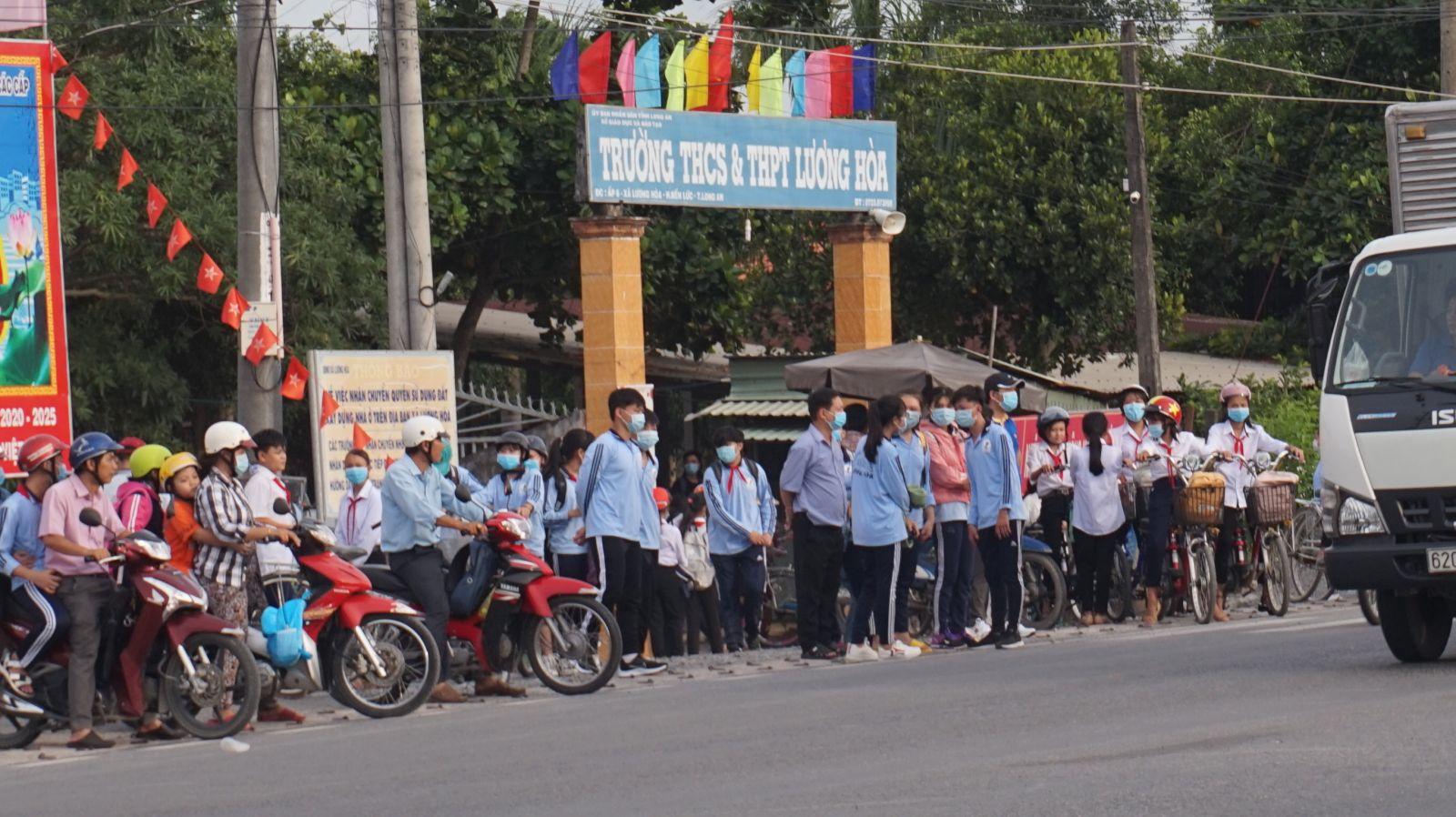 Giờ tan trường của học sinh Trường THCS&THPT Lương Hòa