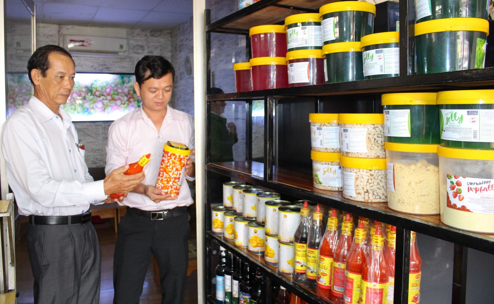 The delegation focused on checking product labels, origin, expiry date and food preservation