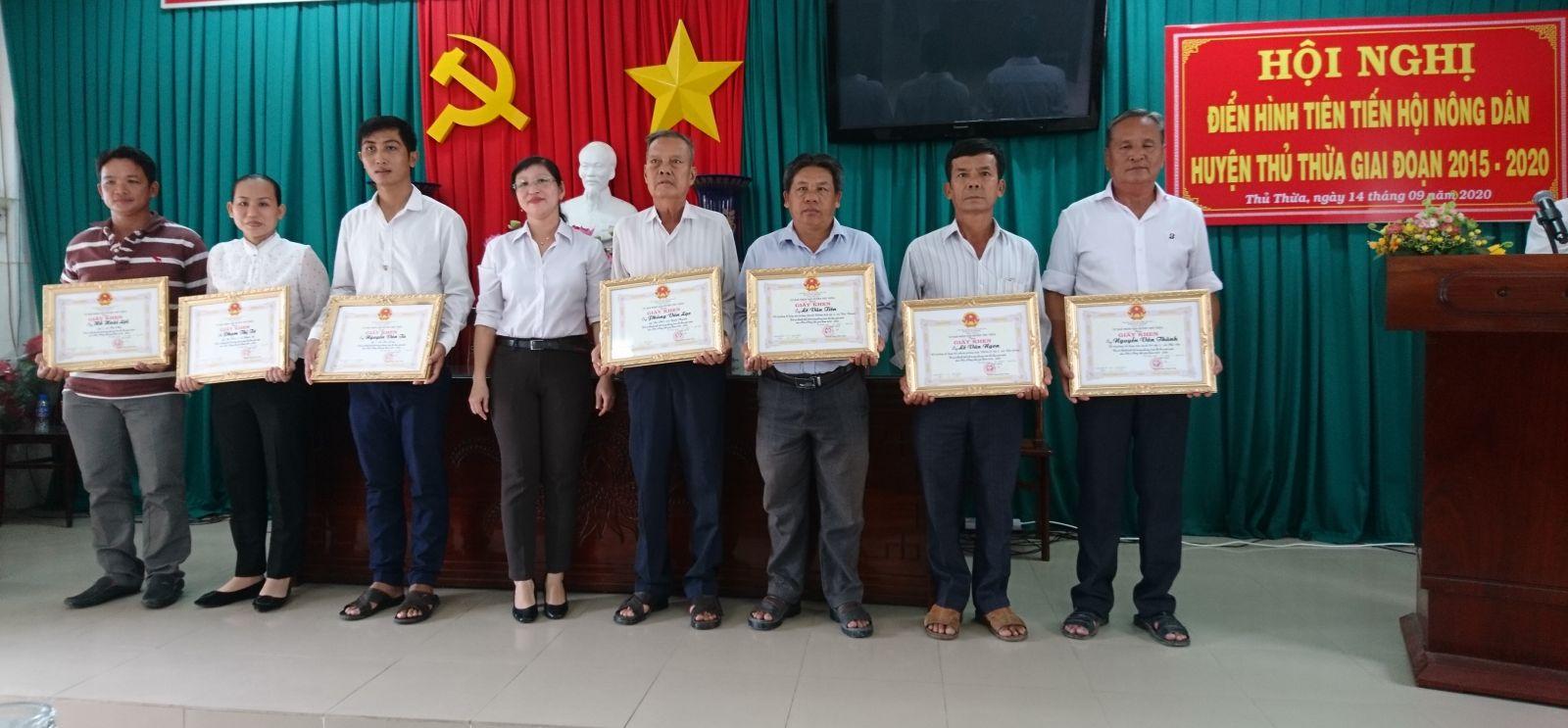 Anh Lê Văn Tiên (thứ 3, phải qua) được huyện khen thưởng tại Hội nghị điển hình tiên tiến Hội Nông dân huyện Thủ Thừa giai đoạn 2015-2020