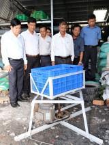 Nông dân chế tạo máy sấy rau màu