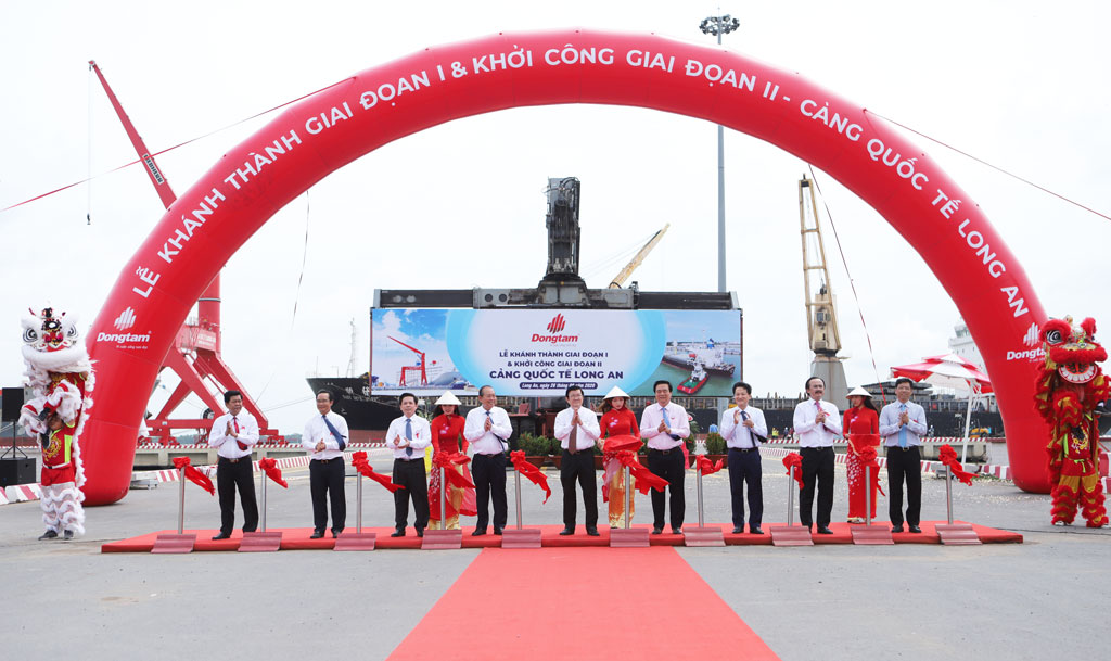 Delegates cut the ribbon to inaugurate phase 1 and start phase 2 of Long An International Port