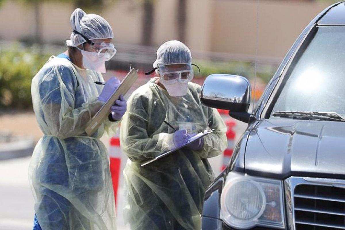 Nhân viên y tế kiểm tra sức khỏe của người dân tại Indian Wells, Mỹ. Ảnh: Reuters.