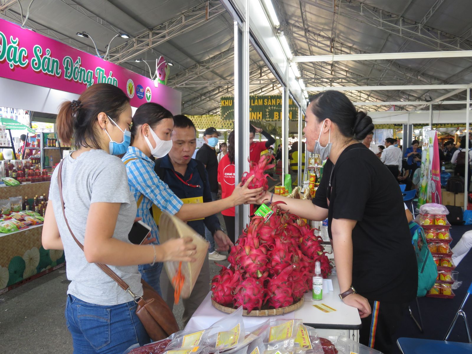 Customers learn about Long An typical products