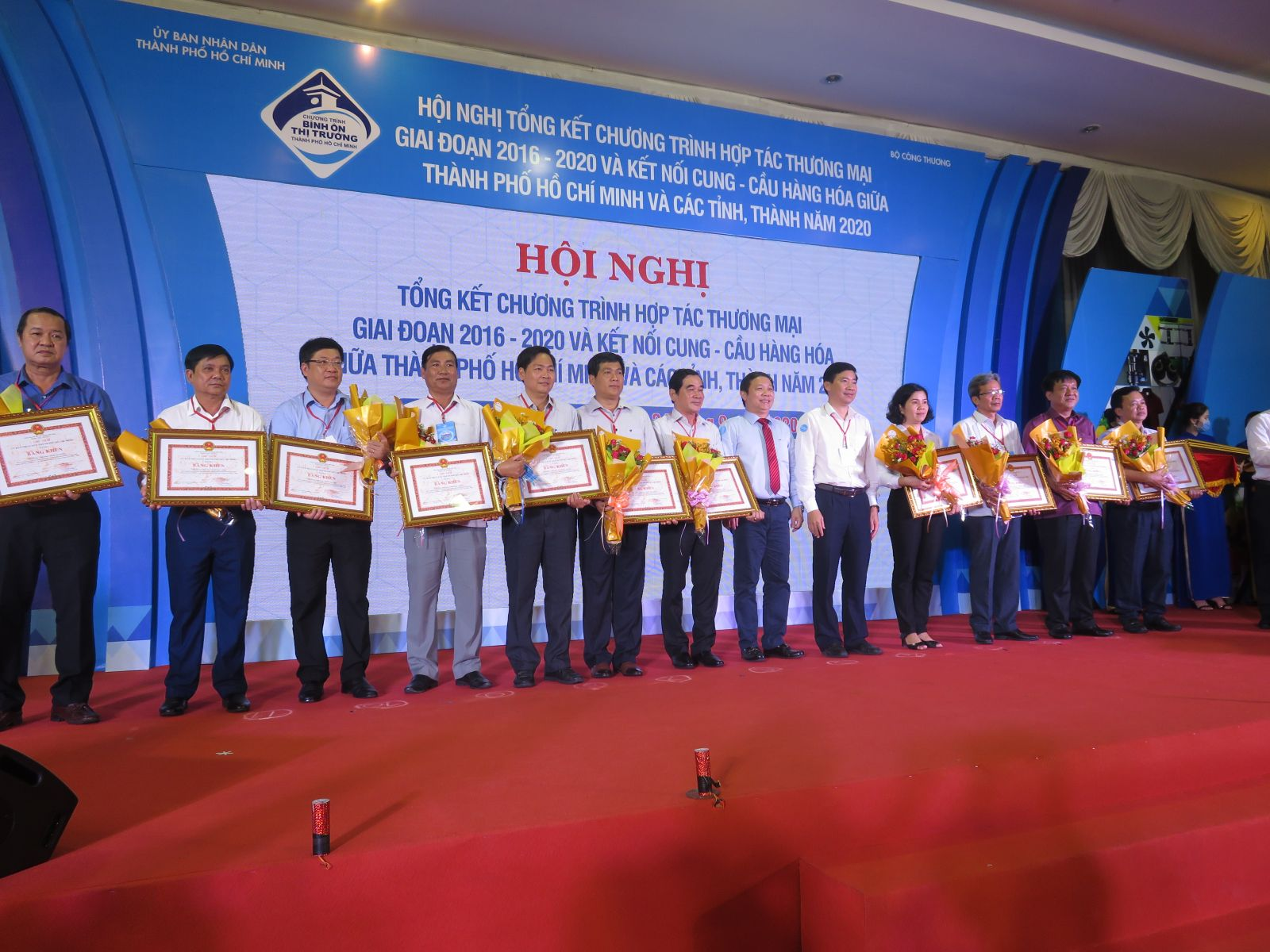 Ho Chi Minh City People's Committee awards Certificates of Merit to units actively implementing trade cooperation in the period 2016-2020