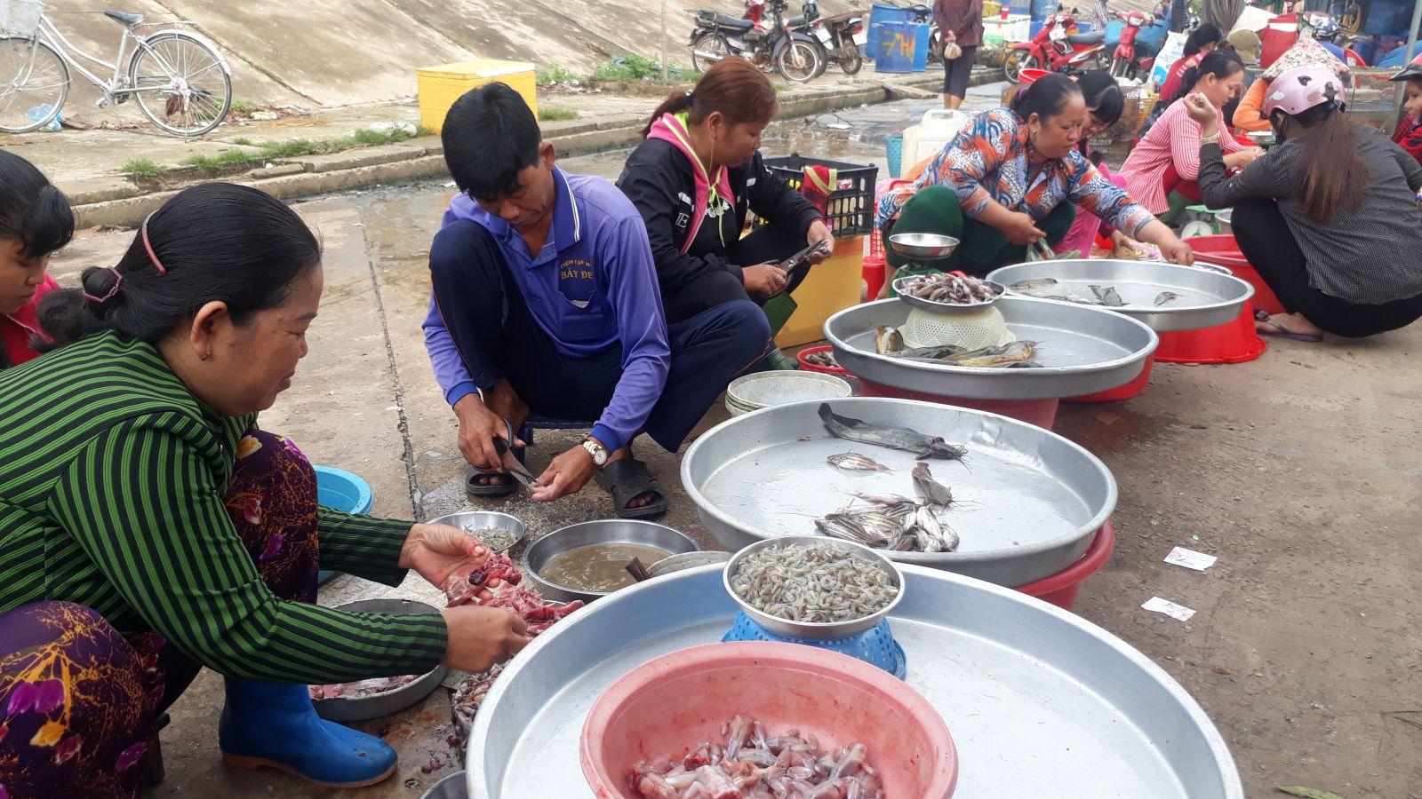 Các loại sản vật cá lươn, rắn, ếch, bông điên điển, hẹ nước… khan hiếm ở các chợ