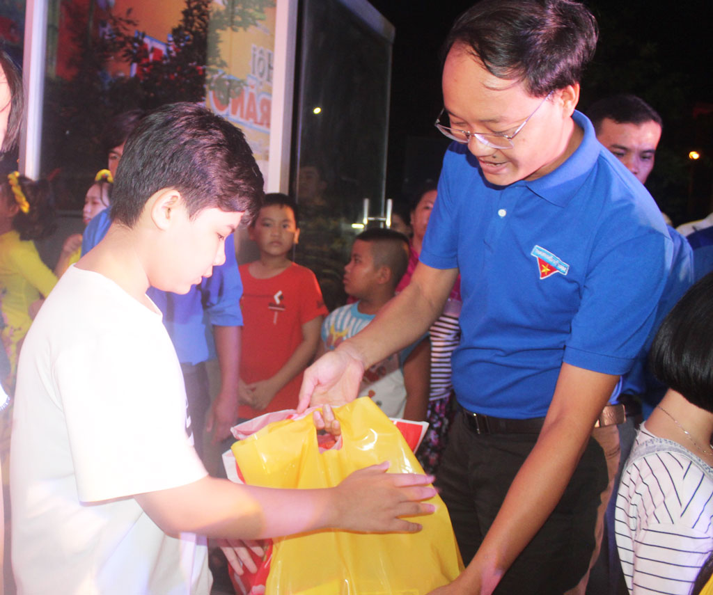 Children are presented Mid-Autumn Festival gifts