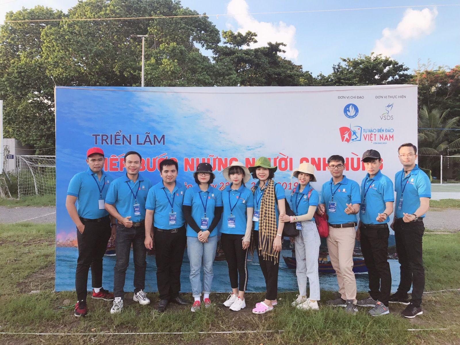 """Lê Tiến Anh (đầu tiên bên trái qua) tham gia Chương trình """"Sinh viên với biển, đảo Tổ quốc"""" tại Côn Đảo"""