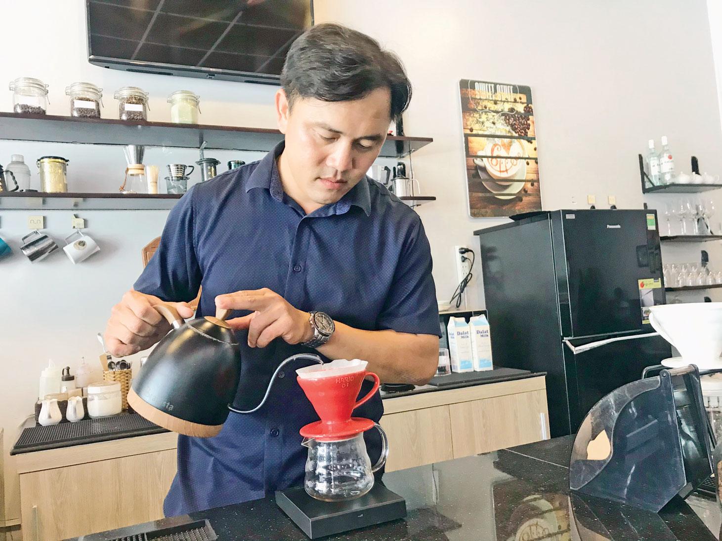 Cà phê qua bàn tay barista sẽ được tôn lên hương vị đặc trưng, trọn vẹn nhất, đánh thức được các giác quan của người thưởng thức