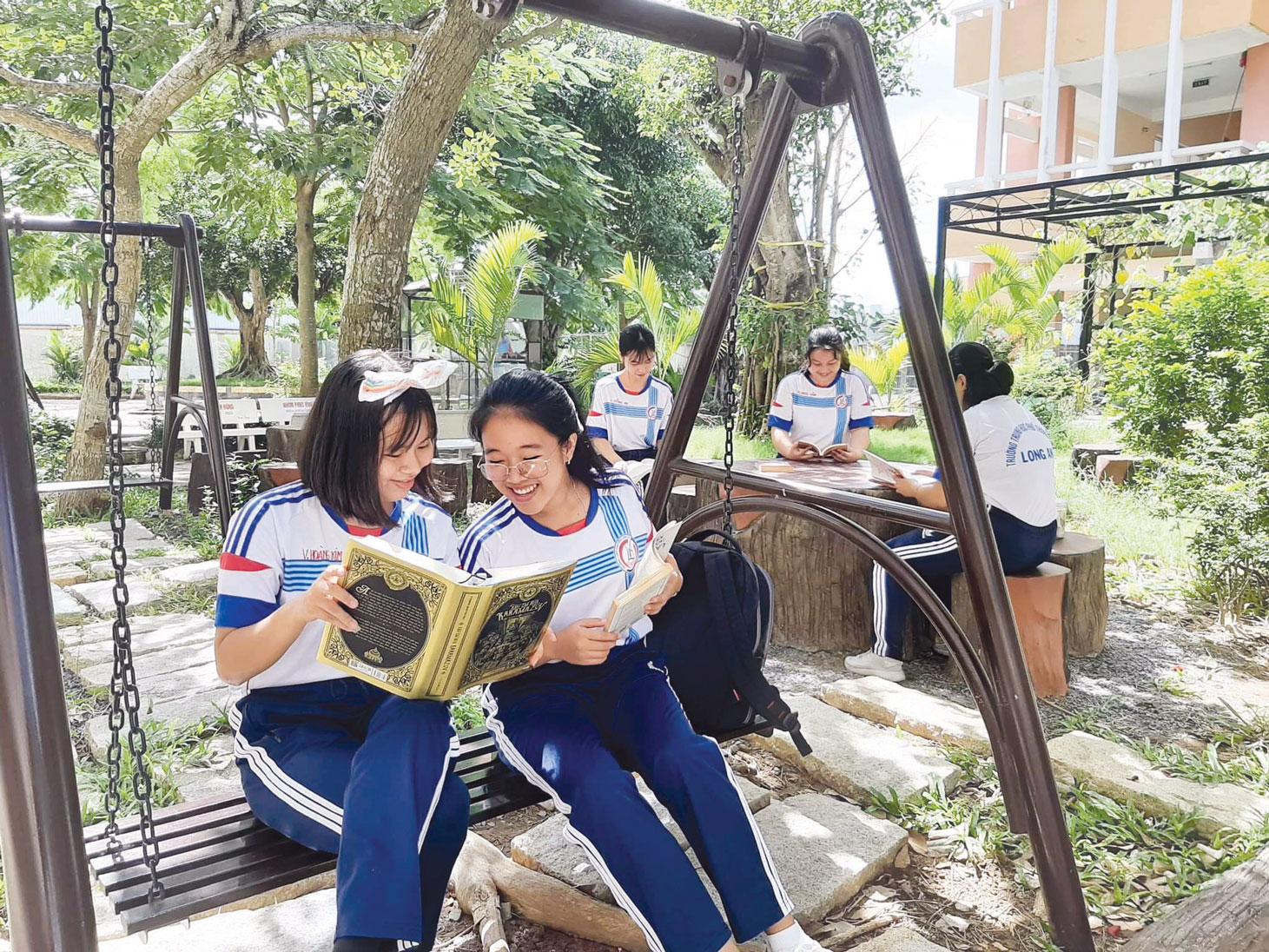 Học sinh đọc sách và mở lối tư duy  cho bản thân