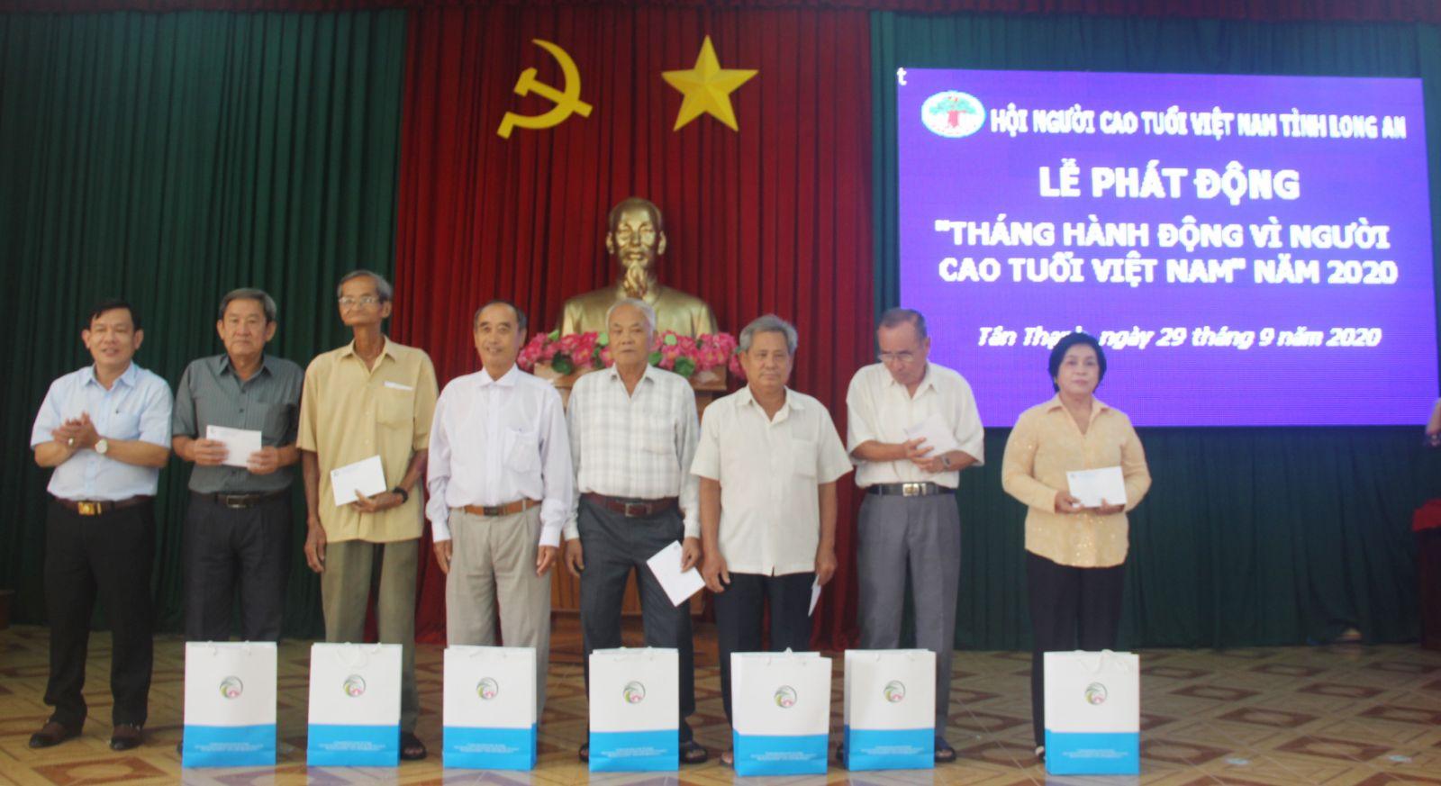 """Hưởng ứng """"Tháng hành động vì người cao tuổi"""", Ban Đại diện Hội NCT tỉnh đã trao tặng 20 suất quà cho các hội viên NCT tiêu biểu trên địa bàn huyện Tân Thạnh"""
