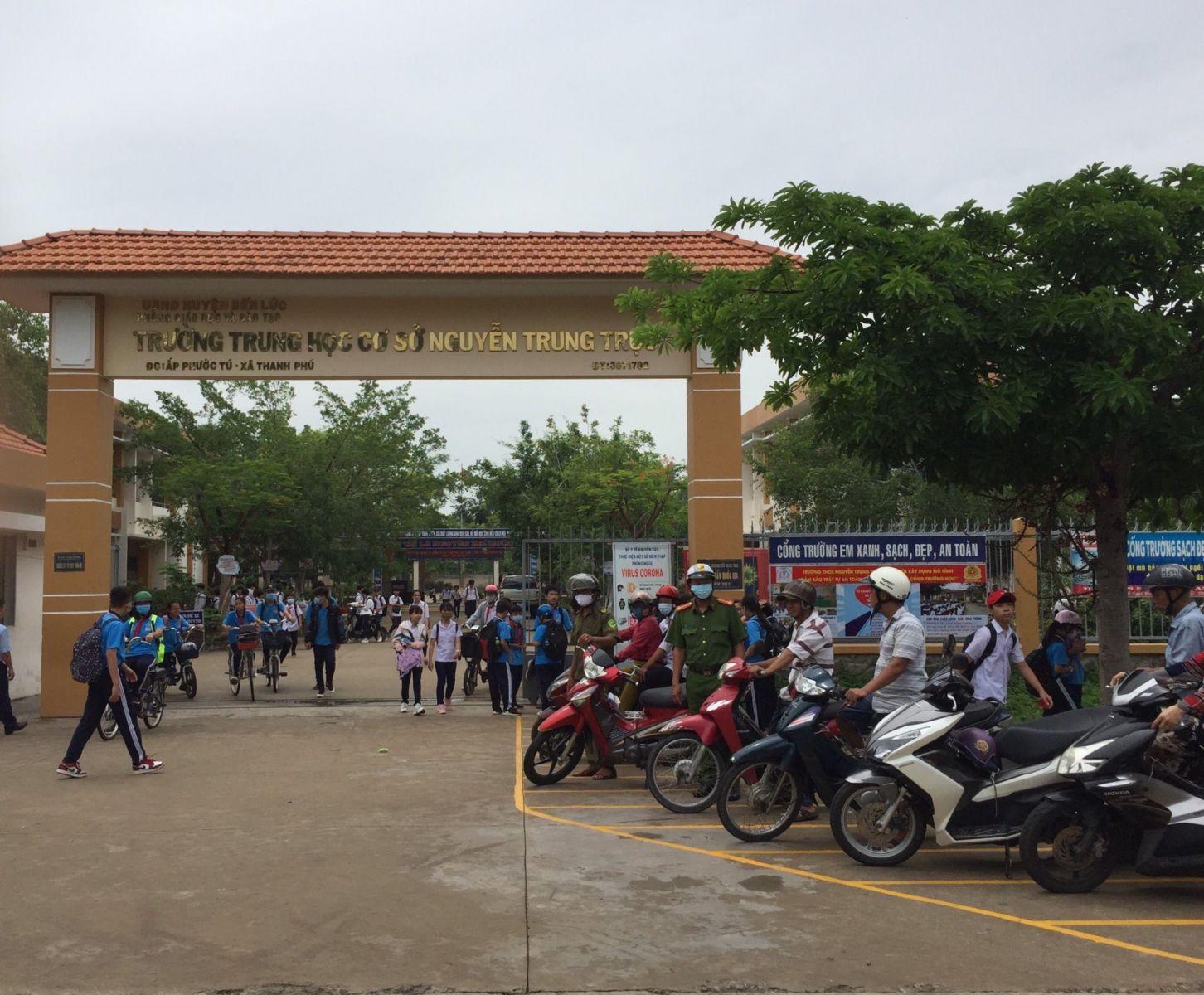 Lực lượng Cảnh sát giao thông, Cảnh sát trật tự huyện Bến Lức có mặt tại các cổng trường ngay từ sáng sớm hay mỗi khi tan học để điều tiết giao thông