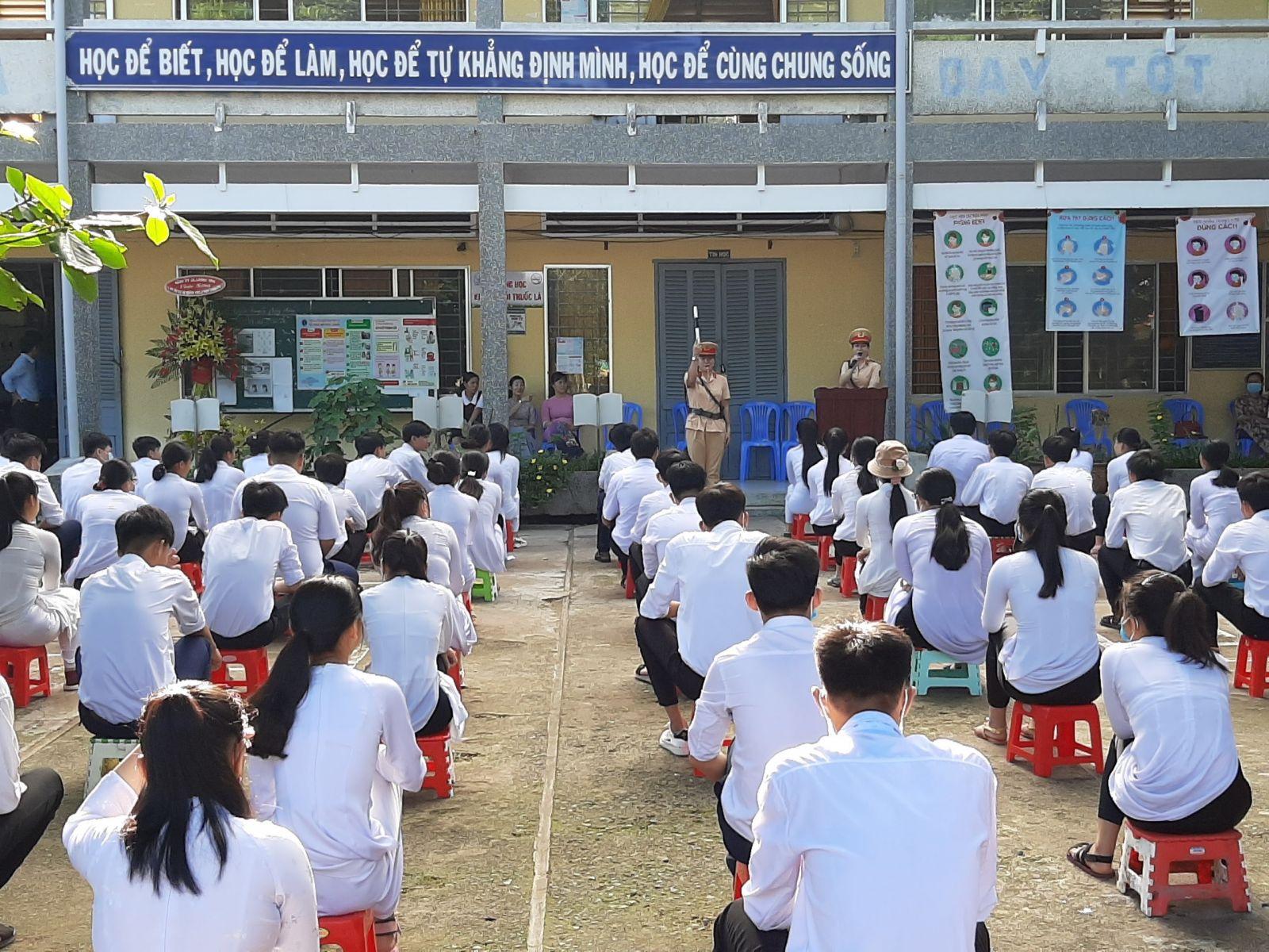 Cán bộ, chiến sĩ Đội Cảnh sát giao thông, Công an huyện Bến Lức tuyên truyền về an toàn giao thông cho học sinh trên địa bàn huyện