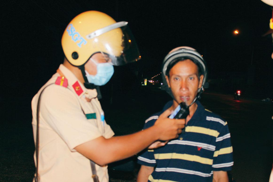 Lực lượng cảnh sát giao thông thường xuyên kiểm tra nồng độ cồn người tham gia giao thông