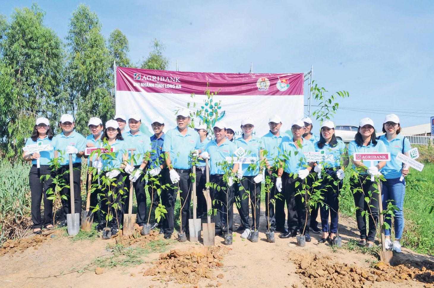 Trồng mới và chăm sóc 2.000 cây xanh tại huyện Mộc hóa, Tân Hưng, Vĩnh Hưng và thị xã  Kiến Tường, với tổng kinh phí 120 triệu đồng