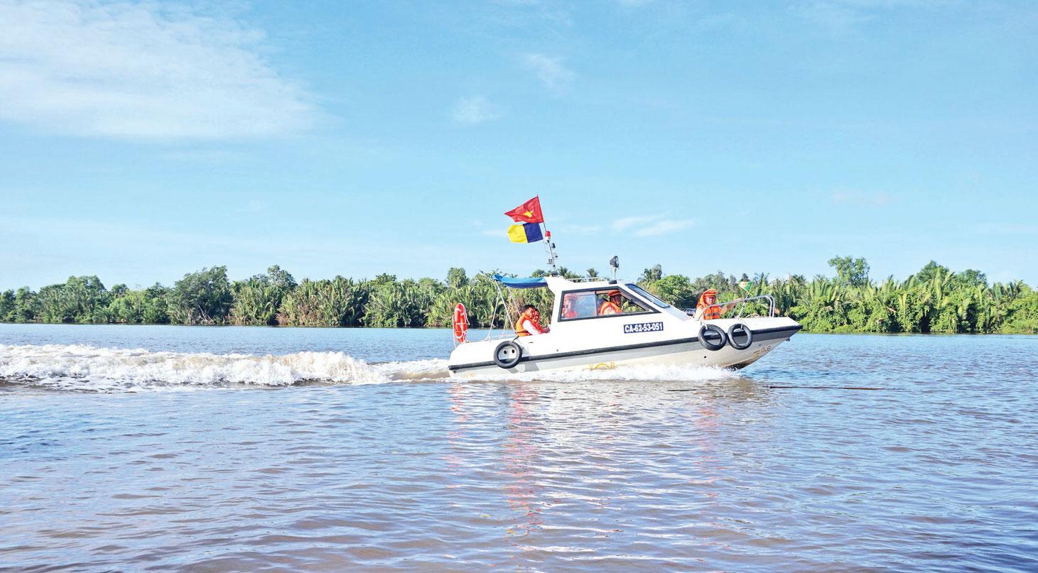 Cảnh sát đường thủy tuần tra trên sông