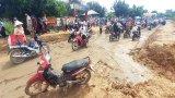 Đường lầy lội do thi công chậm, học sinh đến trường khó khăn