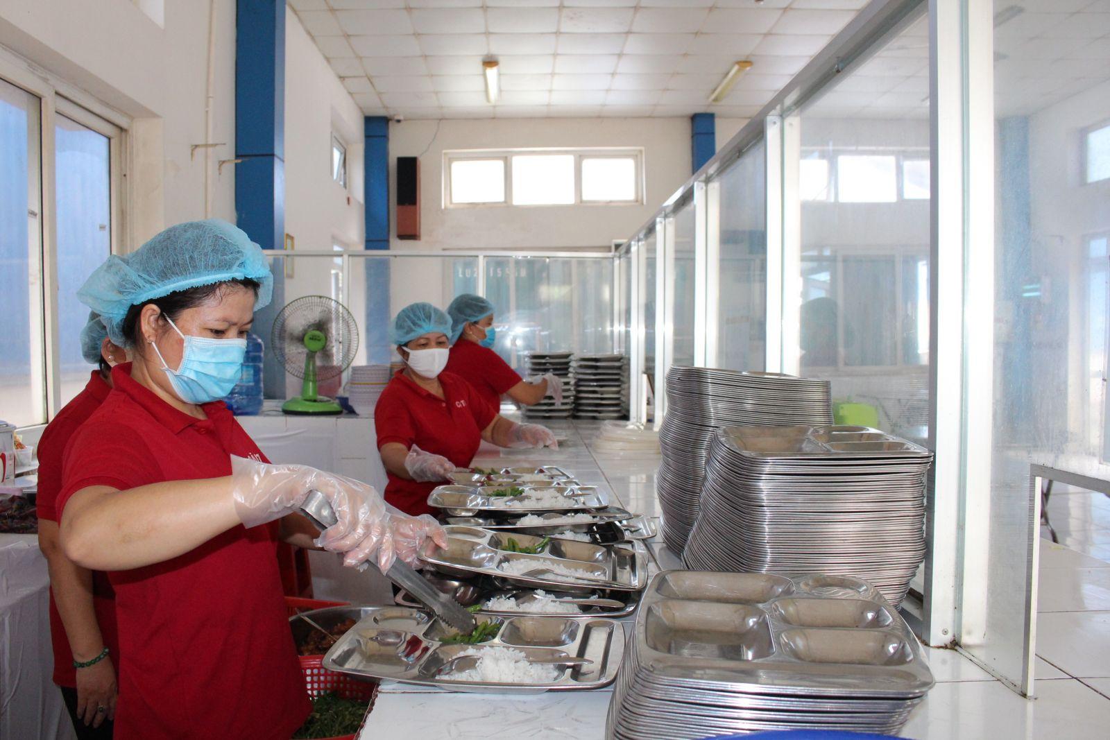 Bảo đảm an toàn thực phẩm từ bếp ăn tập thể cho công nhân, lao động đóng vai trò quan trọng