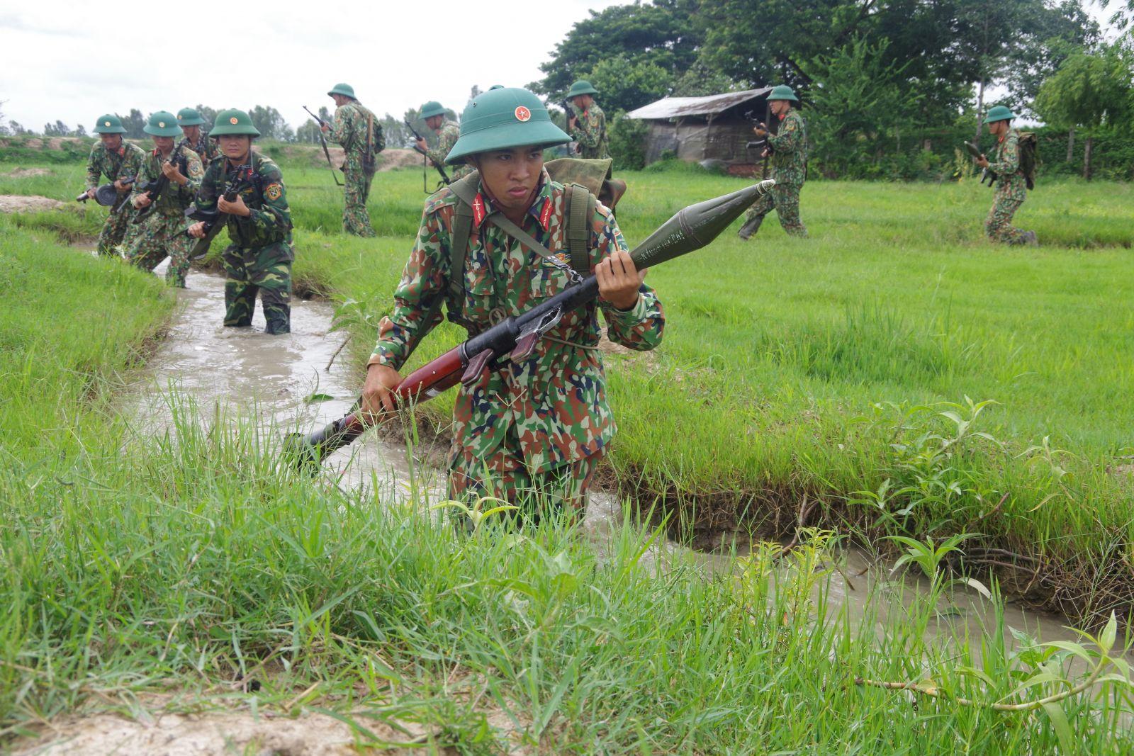 Cán bộ, chiến sĩ Đại đội Bộ binh huyện Tân Hưng trên thao trường huấn luyện