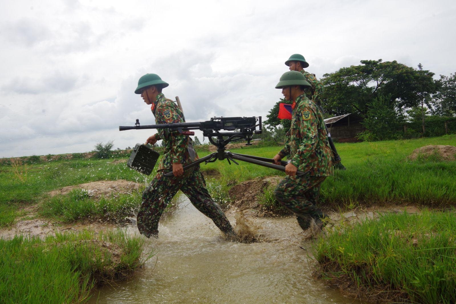 Bộ đội cơ động đến vị trí chiến đấu trong thực hành huấn luyện