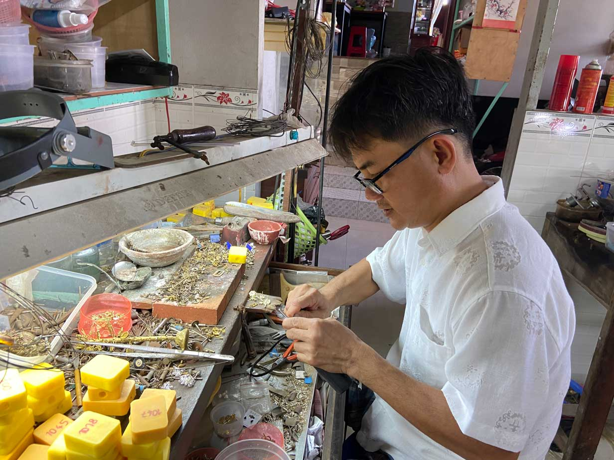 Ông Trịnh Hoàng Long đang hoàn thiện các công đoạn chế tác một chiếc nhẫn