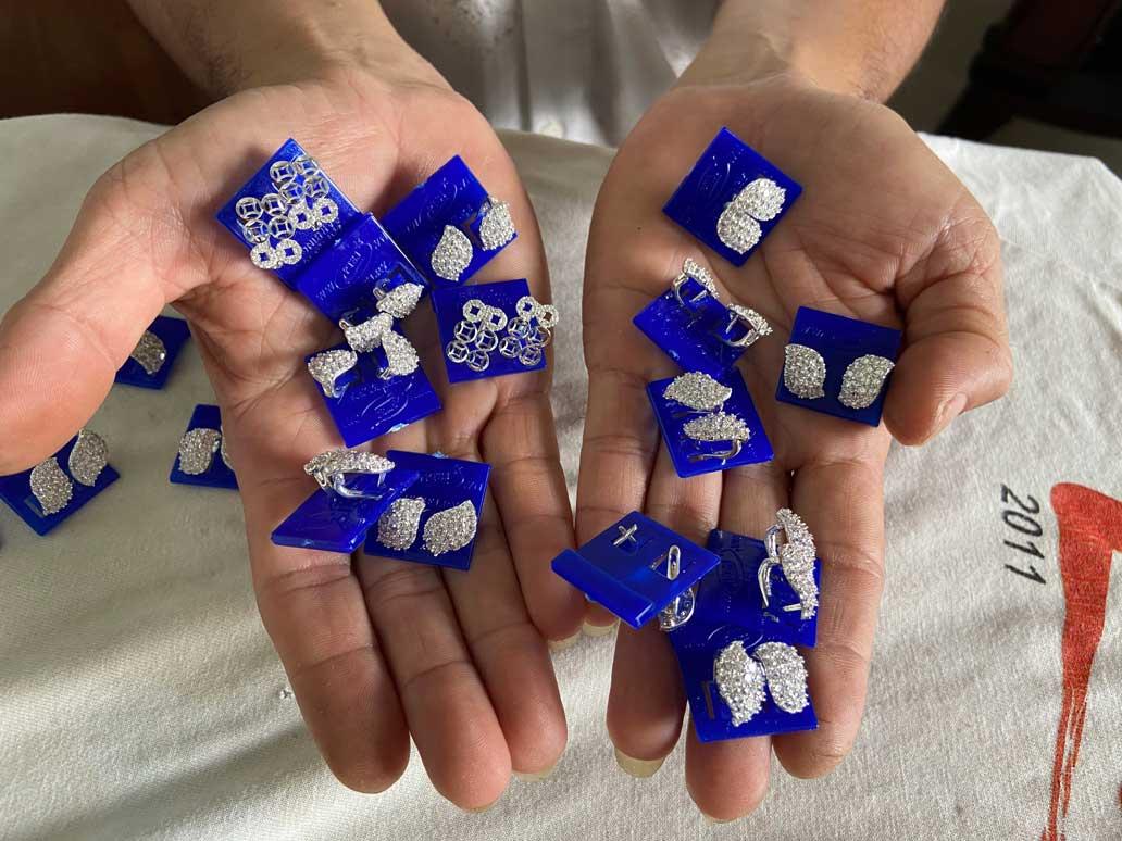 Dưới bàn tay tài hoa của những nghệ nhân, những đôi bông tai được chế tác bằng bạc dần trở thành món đồ tinh tế