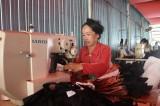 May túi xách gia công: Bước đà thoát nghèo cho phụ nữ Giồng Dung