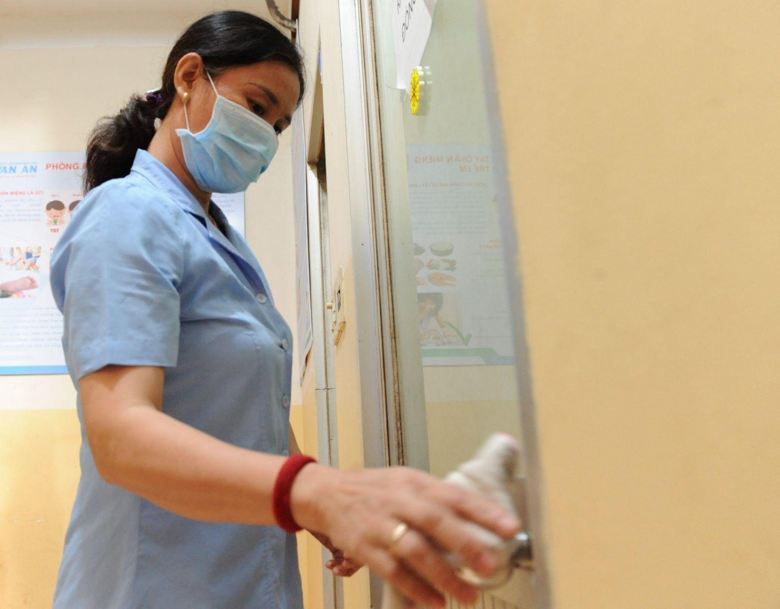 Cần thường xuyên vệ sinh các bề mặt, tay nắm cửa để phòng bệnh