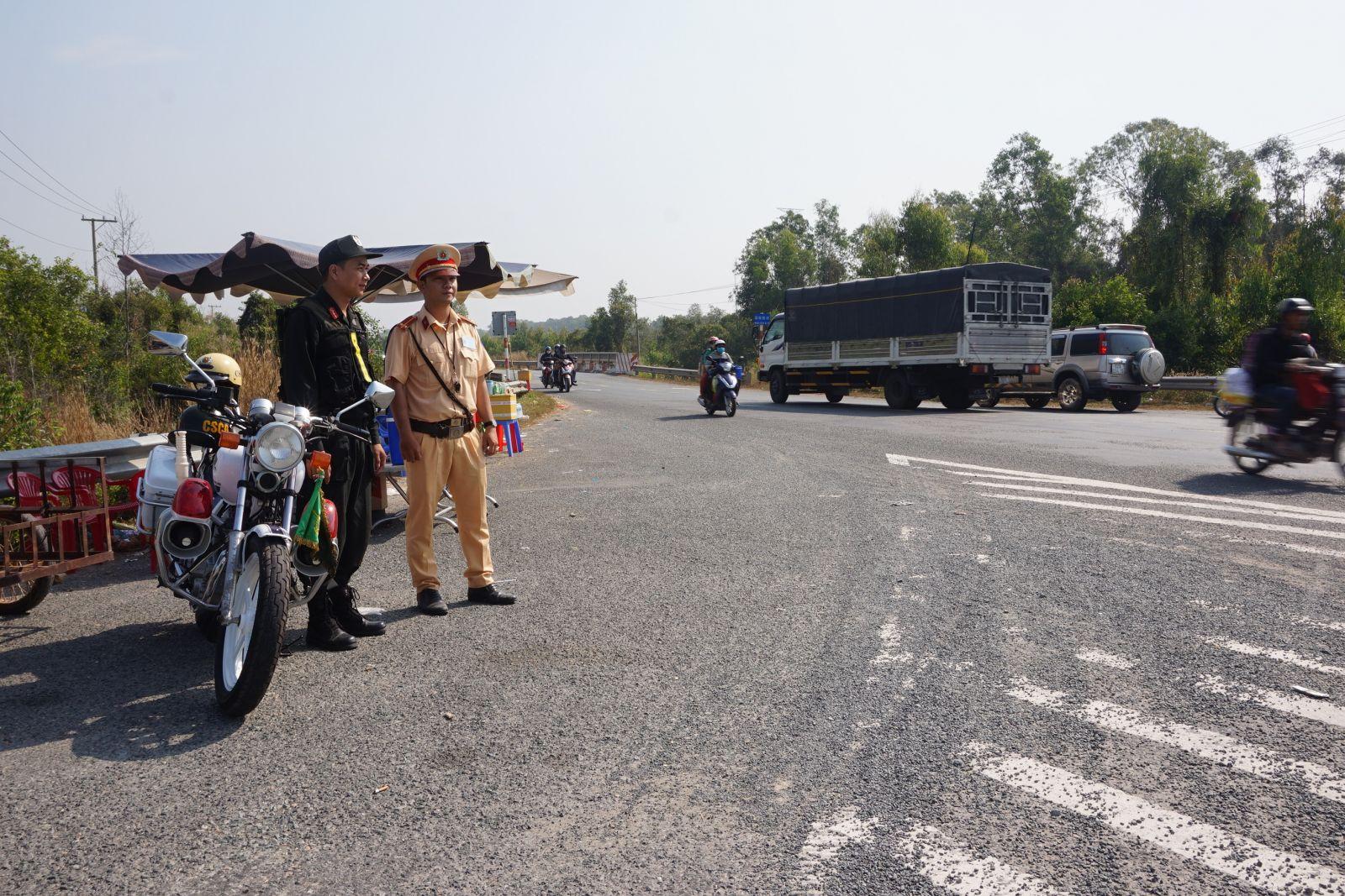 Cảnh sát giao thông tuần tra trên tuyến Quốc lộ N2 (địa bàn xã Tân Long) trong dịp Tết Nguyên đán