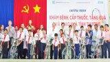 Đoàn Đại biểu quốc hội đơn vị Long An tặng quà cho học sinh và trao nhà cho người nghèo
