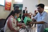 Chủ tịch UBND tỉnh Long An - Trần Văn Cần tặng quà cho trẻ em nghèo