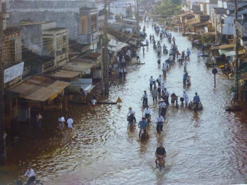 Thị trấn Thủ Thừa mùa lũ năm 2000 (ảnh địa phương cung cấp)