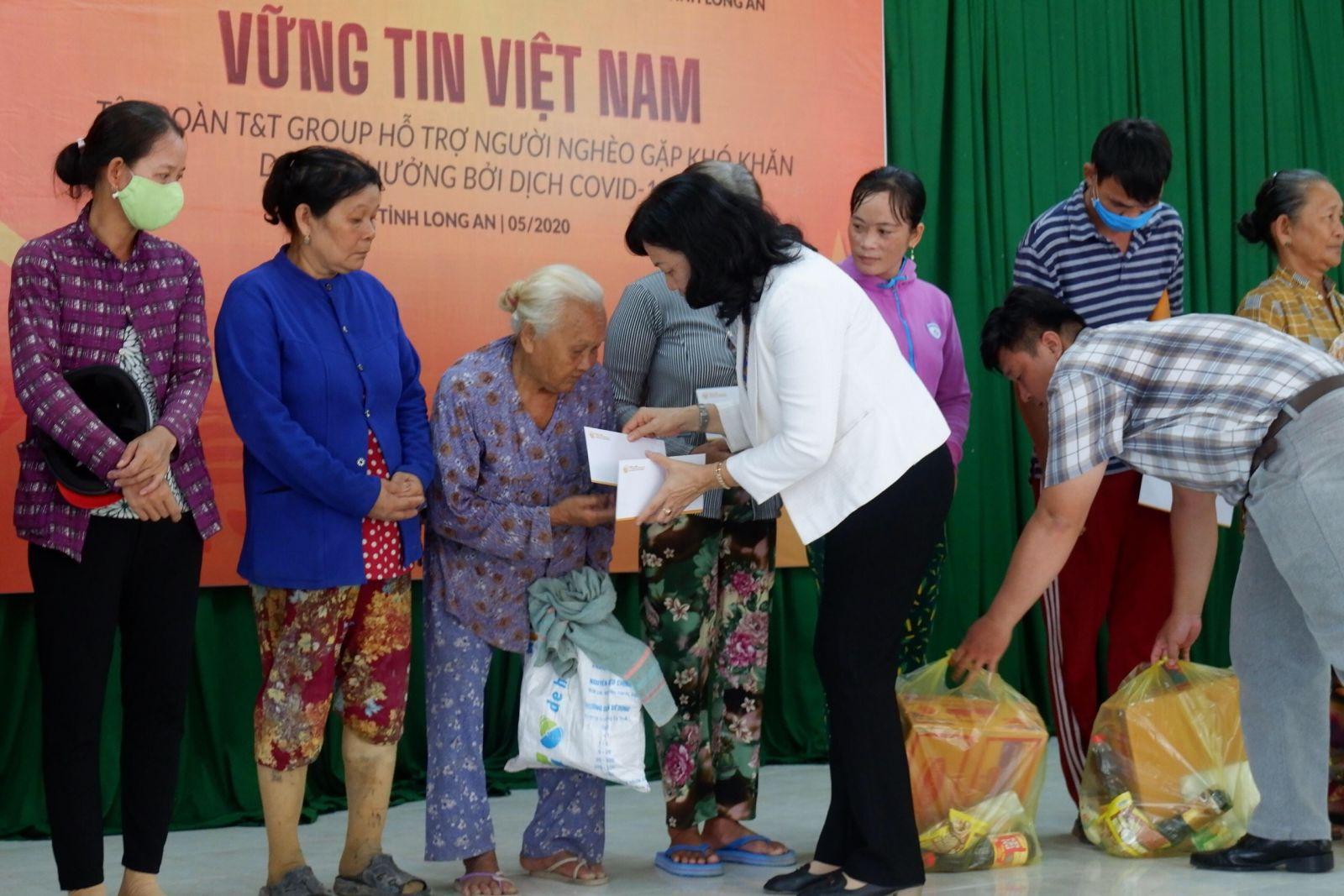 Phó Chủ tịch UBMTTQ Việt Nam tỉnh - Phạm Ngọc Tiệp tặng quà cho người dân có hoàn cảnh khó khăn