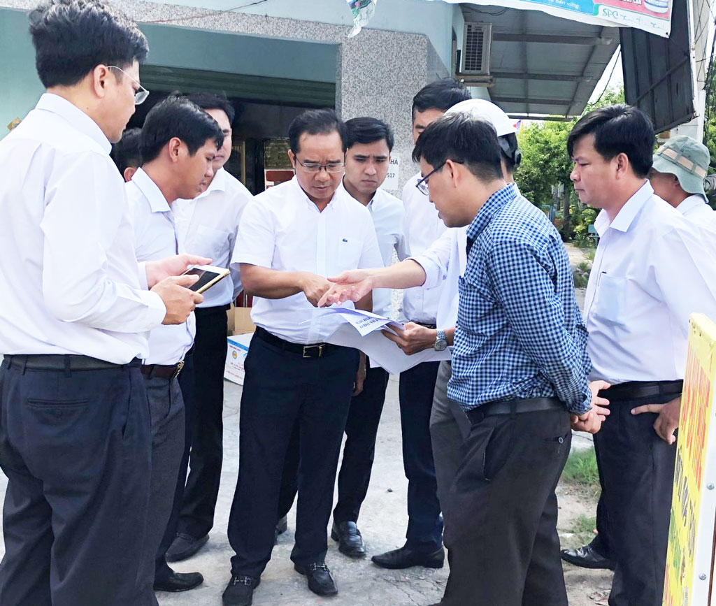 Permanent Deputy Secretary of the Provincial Party Committee - Nguyen Van Duoc together with representatives of provincial departments, branches and units do a survey on the route Provincial Road (PR) 830 on September 7