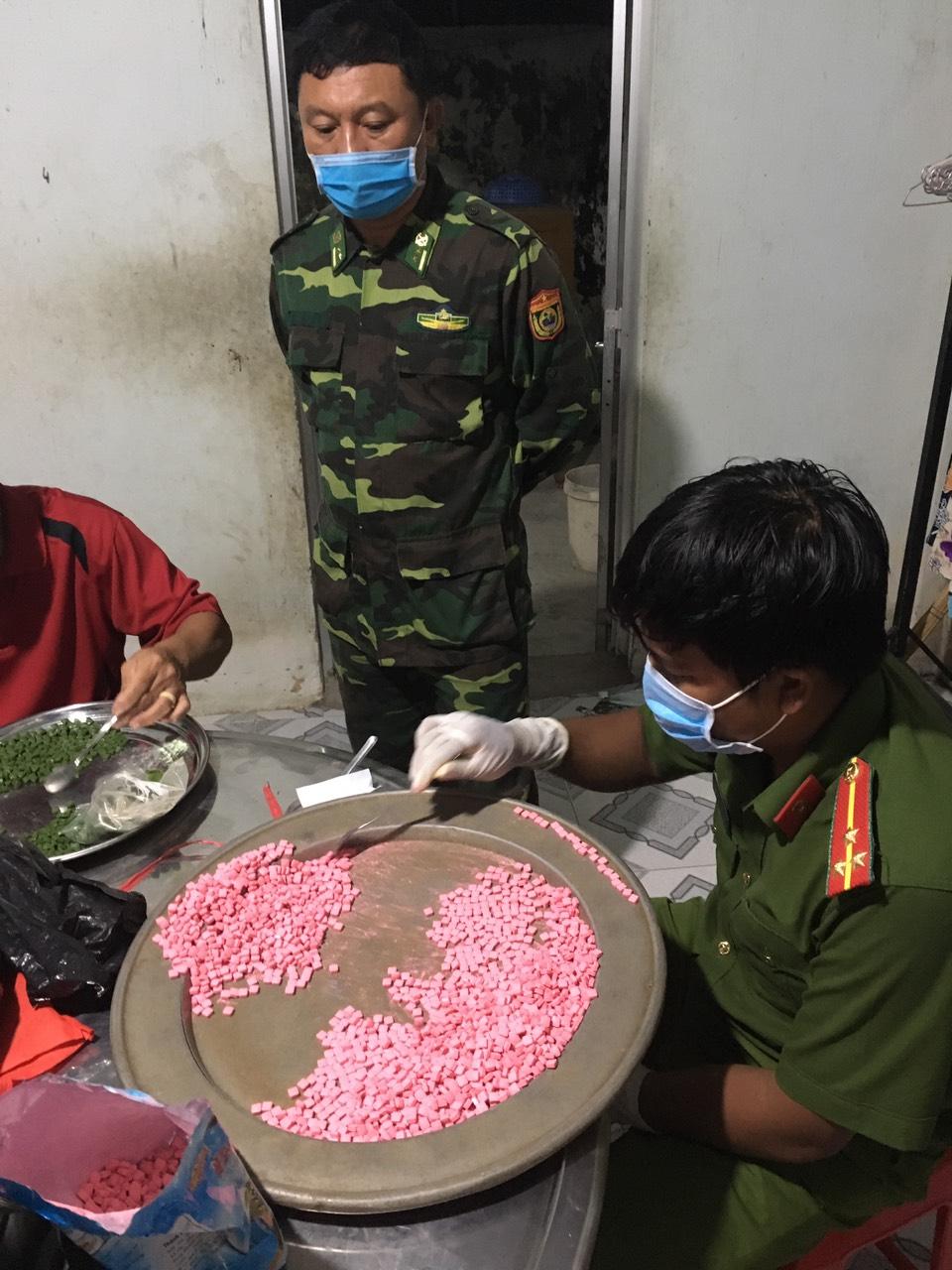 Tang vật ma túy thu giữ tại địa bàn xã Bình Hiệp, thị xã Kiến Tường