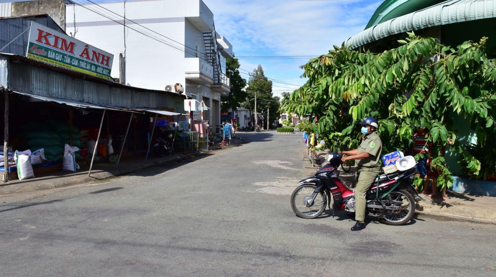 """Xe phát loa tuyên truyền đến """"từng ngõ"""" ở thị trấn Tân Hưng"""