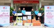 Thanh niên Long An tặng đèn năng lượng mặt trời cho Bộ đội Biên phòng