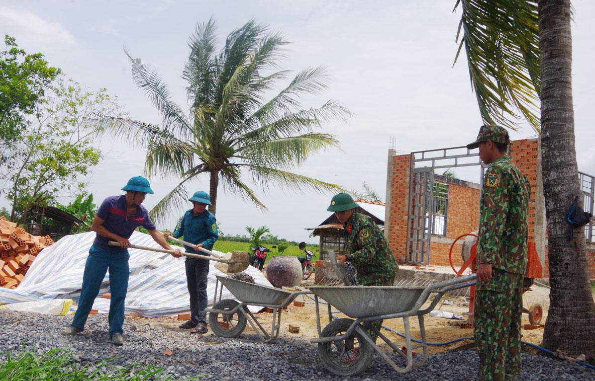 Bộ đội giúp dân xây nhà liền kề ở biên giới