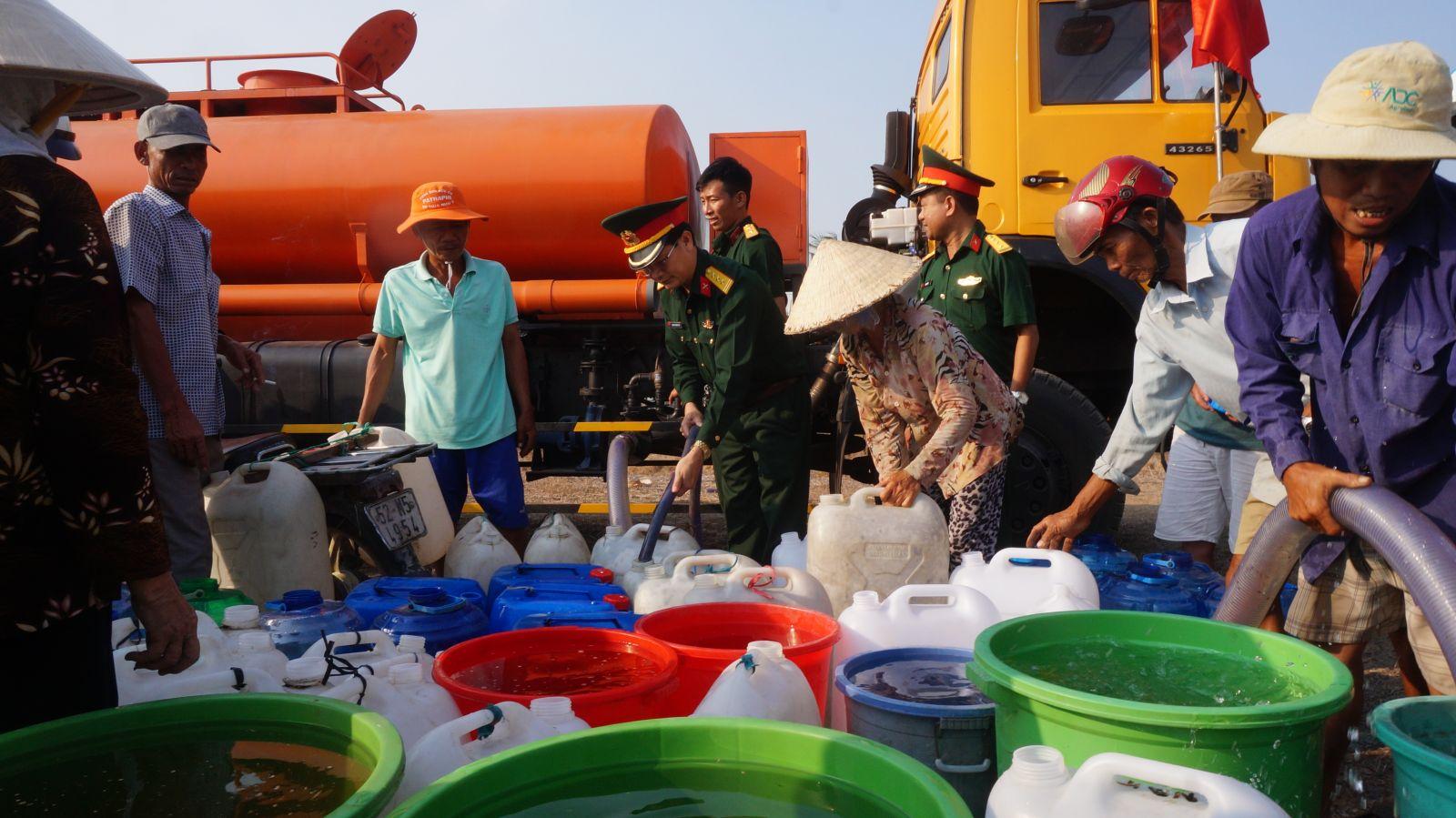 Trong mùa hạn, mặn 2020, bộ đội đã chở nước sạch cấp miễn phí cho hàng ngàn hộ dân ở huyện  Cần Giuộc, Tân Trụ