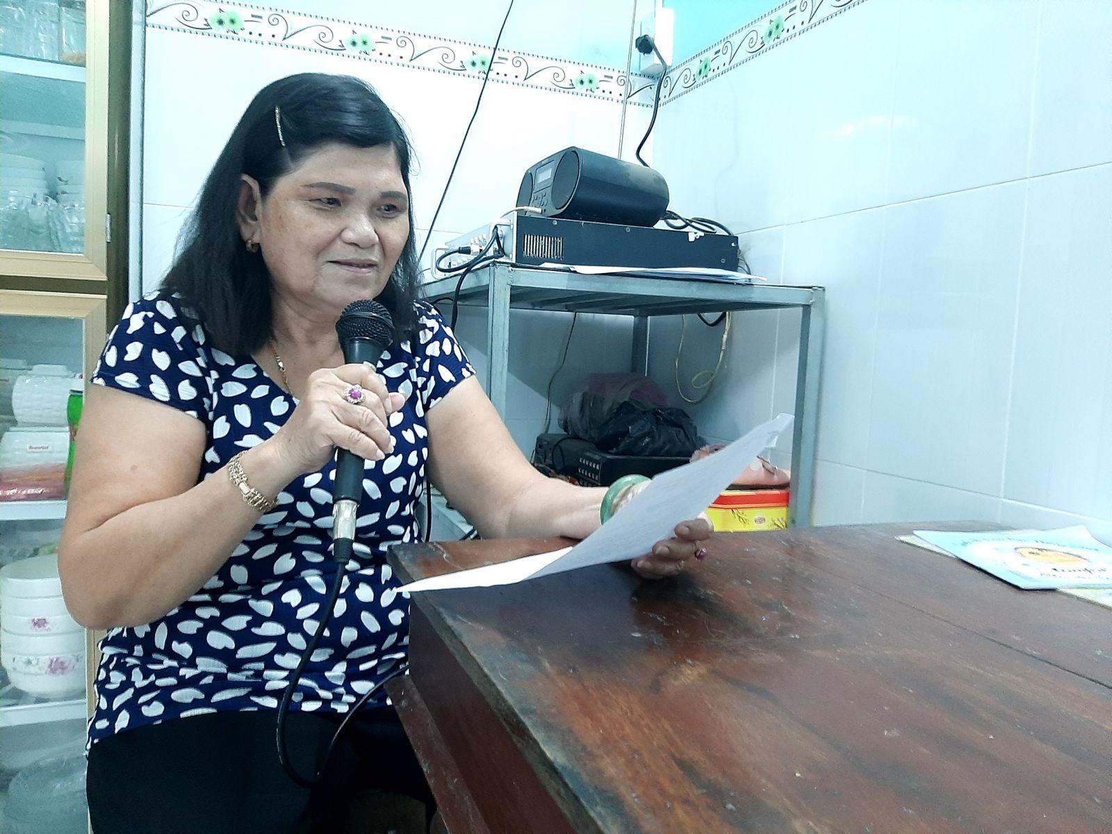 Bà Nhi đọc thông báo treo cờ chào mừng Đại hội đại biểu Đảng bộ tỉnh