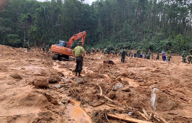 Rescuers search for victims who went missing after the forest rangers' office was buried in landslides (Photo: VNA)