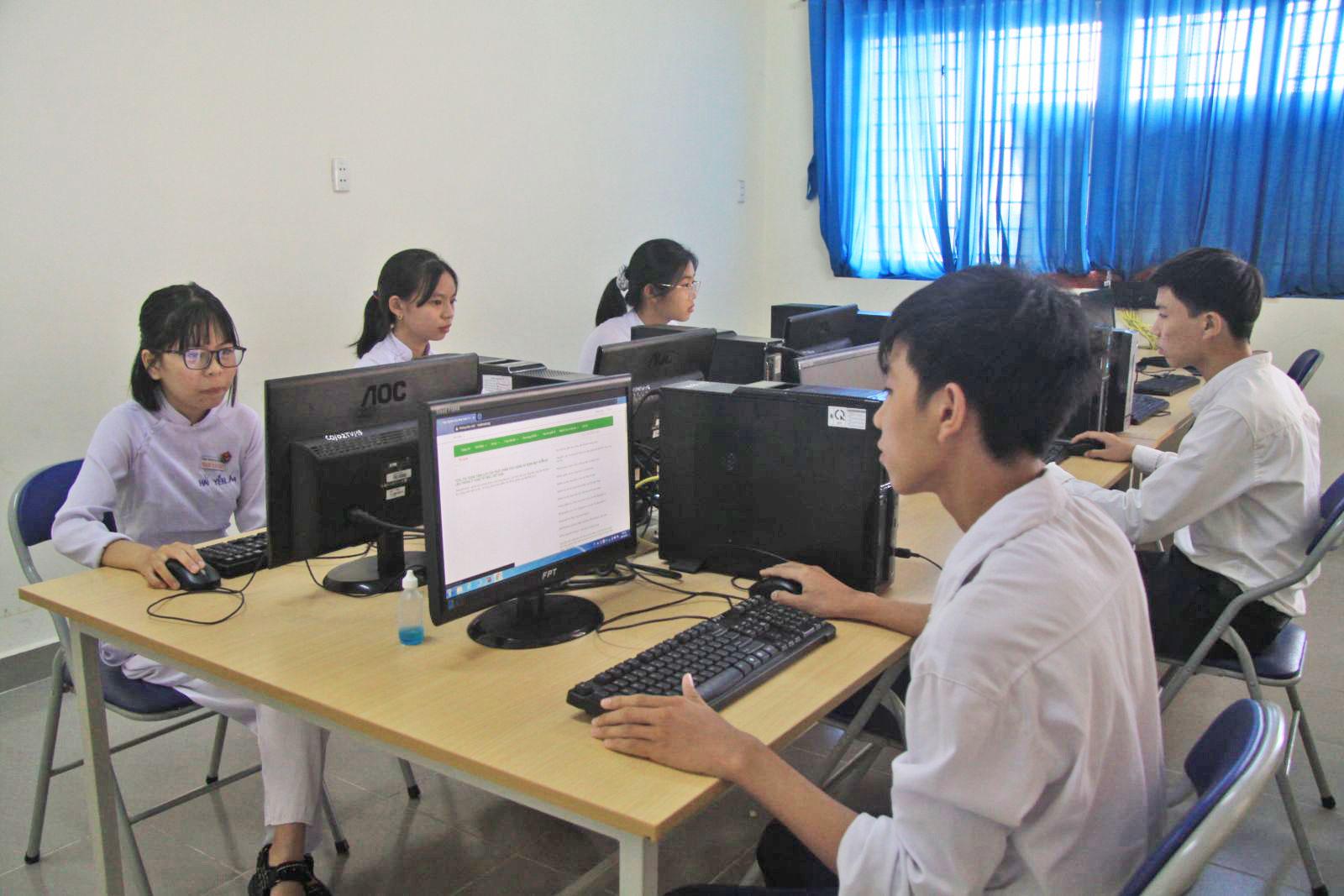 Học sinh Trường THPT Phan Văn Đạt truy cập Internet tra cứu thông tin tại thư viện, minh chứng cho khoảng cách về điều kiện học tập tại vùng sâu so với vùng thuận lợi dần được rút ngắn
