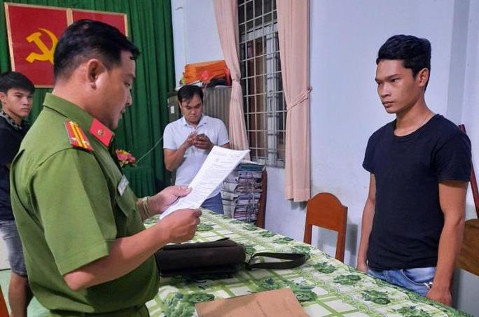 Điều tra viên đọc lệnh bắt bị can Phan Quốc Việt
