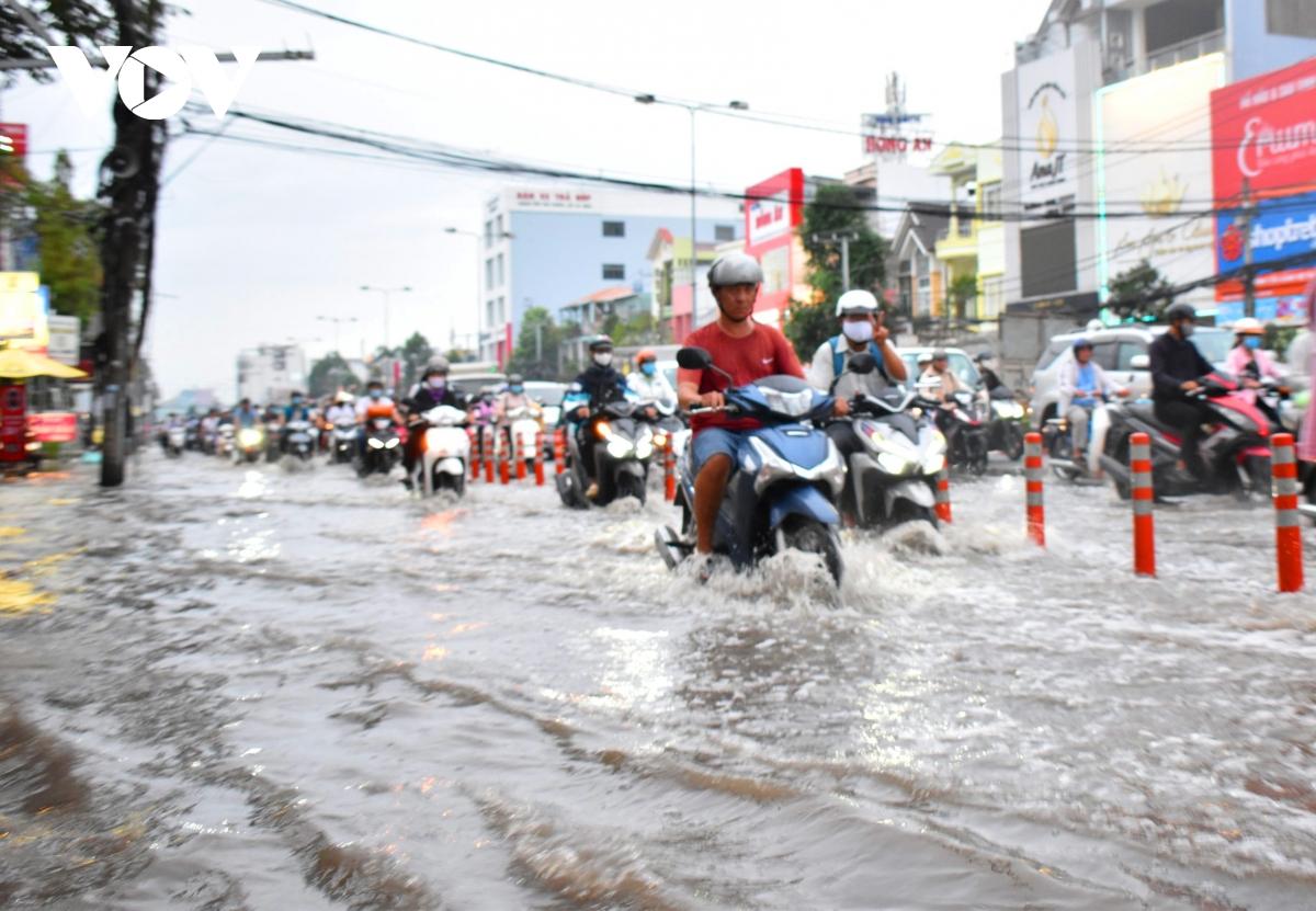 Hình ảnh triều cường ghi nhận được vào chiều ngày 16-10 trên đường Mậu Thân, quận Ninh Kiều.