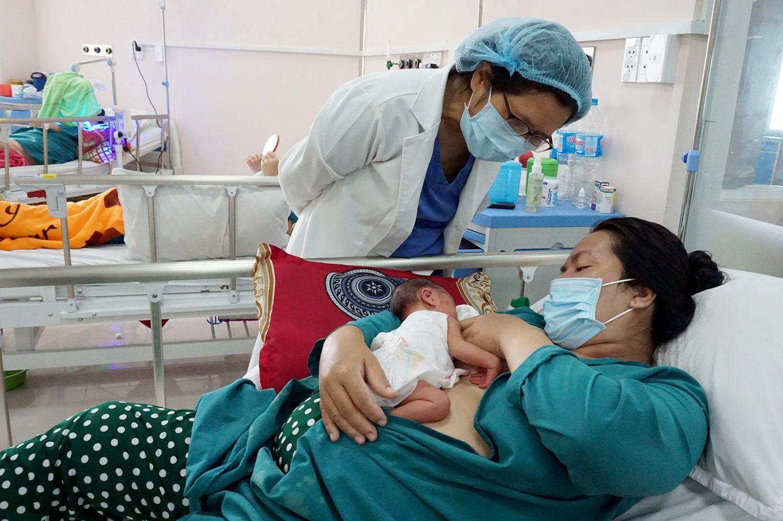 Nuôi con bằng sữa mẹ giúp trẻ phát triển toàn diện và gắn bó tình cảm mẹ con