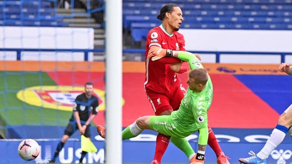 Tình huống vào bóng của Pickford khiến Van Dijk gặp chấn thương - Ảnh: GETTY IMAGES