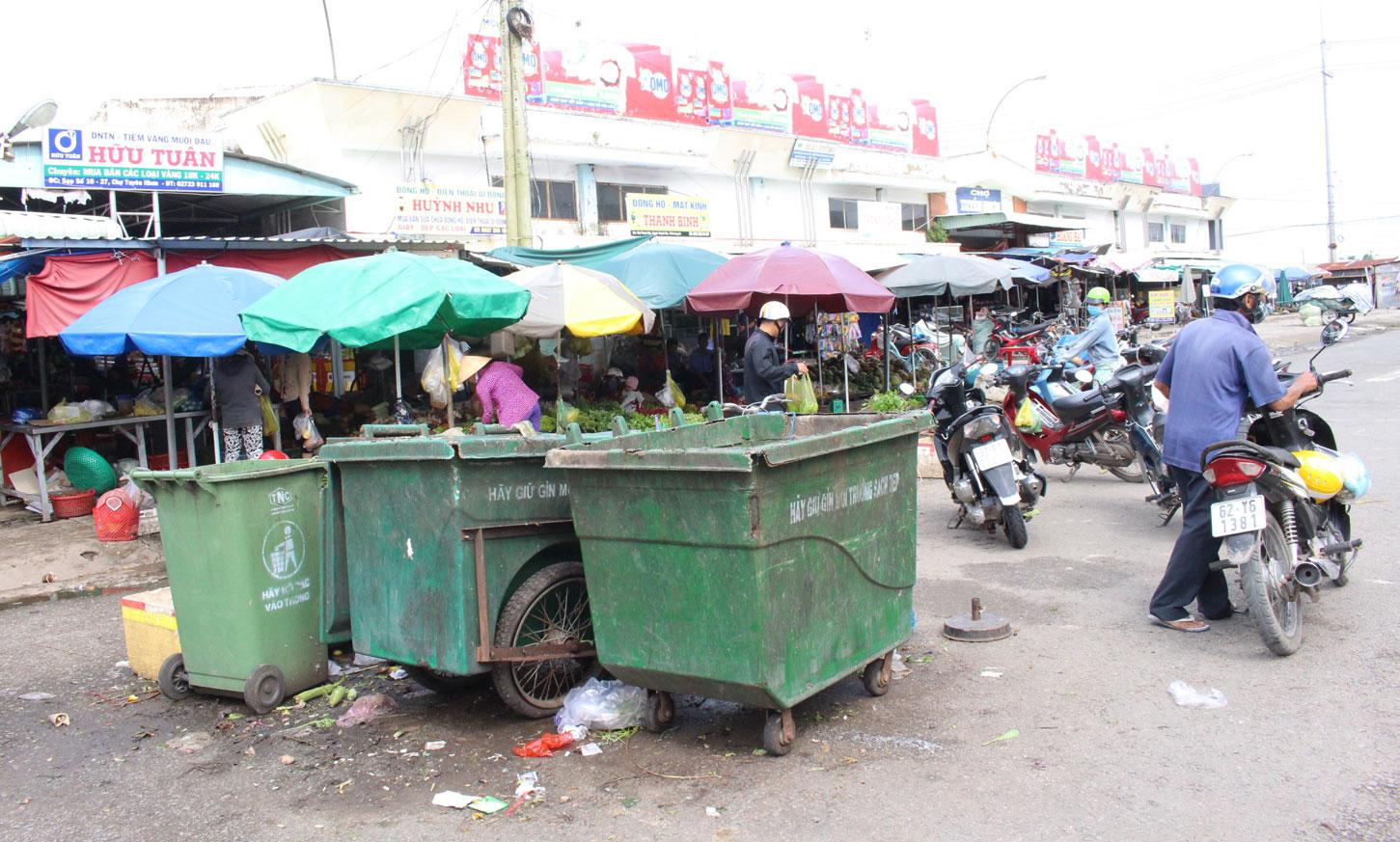 Việc vi phạm hành lang lộ giới tại khu vực chợ Tuyên Nhơn vẫn còn xảy ra